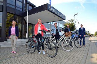 Los geht's: Larissa Brannahl, Katrin Wittenbrink und Mario Gringel freuen sich über die von der Gauselmann Gruppe zur Verfügung gestellten E-Bikes. Das Projekt hatten Christine Lindemann (links) und Björn Rodenberg initiiert.