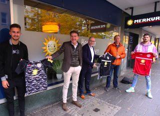 V.l.n.r.: Valdrin Mustafa (RW Goalgetter), Pit Arndt, Ferdinand Kopsch (Merkur Regionalmanager), Chris Noll (RW Sport-Vorstand), Quentin Fouley (RW Kapitän).
