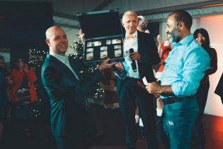 Schaanwald-Direktor Thomas Pirron (links) im Dezember 2019 beim Weihnachts-Event zusammen mit dem Gewinner des Hauptpreises in Höhe von 100`000 Schweizer Franken.