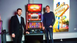 BALLY WULFF Vertriebsrepräsentant Tim Elsweiler (l.) mit Aufstellunternehmer und Gewinner Heinrich Schulz.