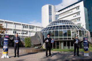 LOTTO-Geschäftsführer Jürgen Häfner (links) und LOTTO- Marketingleiter Steffen Heidorn (rechts) freuen sich gemeinsam mit dem glücksbringenden Schornsteinfeger Hermann Krings auf die Neuauflage der Neujahrs-Million. (Foto: Seydel)