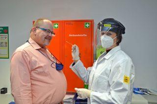 Los geht's: Irina Schulz führt bei Udo Eichstaedt einen Abstrich für den Schnelltest durch. (Foto: Gauselmann AG)