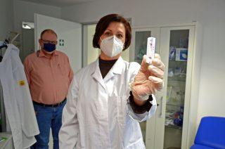Alles gut: Nur wenige Minuten später liegt das Testergebnis vor – Udo Eichstaedt ist negativ. (Foto: Gauselmann AG)