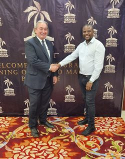 Terrence Mushwana (r.), Technical & Sales Executive Novomatic Africa und Tom Alcorn, General Manager - Casino Marina Blantyre & Casino Marina Lilongwe