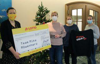 V.l.n.r.: Stellvertretend übergab Daniela Theile von LOTTO MV den Spendenscheck von 4.675 Euro an die Mitglieder das SAPV-Teams Jeanette Bigus, Nicole Reetz und Nadine Bohn.
