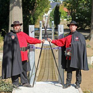 Mit Hellebarde und Laterne: Als Nachtwächter von Schloss Benkhausen nahmen Peter Dürr (links) und Thomas Dullweber nun am Jahrestreffen ihrer Gilde teil.