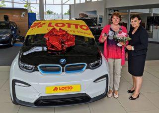 Im Mai 2020 hatte Marion Buzin (l.) aus Wittenförden über die KENO-Sonderauslosung einen BMW i3 gewonnen. Die Autoschlüssel überreichte Gabriele Rühle, damalige Prokuristin von LOTTO MV, im Rostocker Autohaus. (Foto: LOTTO MV)