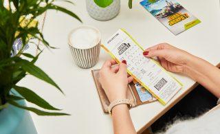Eine WestLotto-Spielquittung bei der Lotterie Eurojackpot kann einen Wert von bis zu 90 Millionen Euro haben: Überwältigt von dem Gewinn und aufgewühlt von den letzten Tagen, meldete sich am Montag der 90-Millionen-Gewinner von der Ziehung am 15. Januar bei der WestLotto-Zentrale in Münster. Eins war sofort klar: Bodenständig will die Person bleiben. Eben typisch ostwestfälisch. (Foto: Schlag und Roy GmbH)