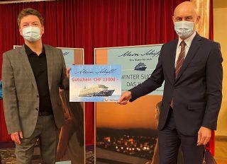 Peter Christen, Filialleiter TUI Pilatusstrasse, und Wolfgang Bliem, CEO Grand Casino Luzern, freuen sich mit dem glücklichen Gewinner.