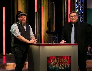Stefan Kuna (l.), Moderator der Stefan Kuna Show bei NDR 1 Radio MV, war Glückself bei der Ziehung der Glücksrakete 2020 im NDR Nordmagazin mit Frank Breuner. (NDR)