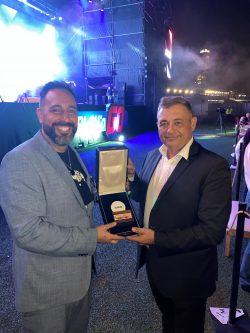 Alan Burak (Veranstalter SAGSE Award) und Fabian Grous (General Manager NOVOMATIC Argentina). (Foto: Novomatic)