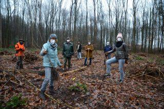 Pembantu pekerja keras dalam kampanye penanaman, termasuk beberapa peserta pelatihan dari Gauselmann Group, menentang cuaca hujan pada hari penanaman.