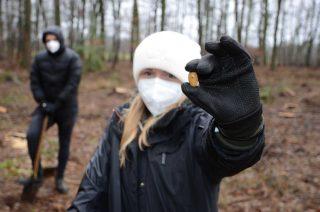 Neben den 200 Setzlingen wurden auch 1200 Kastanien und Eicheln in die Erde gebracht. Carla Stegkemper, Auszubildene der Gauselmann Gruppe, freute sich bei der Aktion dabei sein zu dürfen.