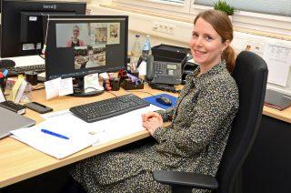 Hilft bei der Berufsorientierung: Frauke Meyer berät die Teilnehmerinnen und Teilnehmer der Karriereakademie der Gauselmann Gruppe.