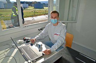 Auf geht's: Fabian Hellmann nimmt die Anmeldungen der Testwilligen entgegen.