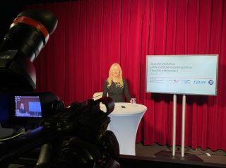 FORUM-Geschäftsführerin Anja Bischof im Studio Berlin. (Foto: DAW/AWI)