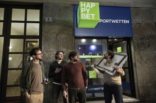 """Die Kampagne """"HAPPYBET Guys"""" verbindet lustige Missgeschicke und sportliche Leidenschaft. (Copyright: Serviceplan Italien)"""