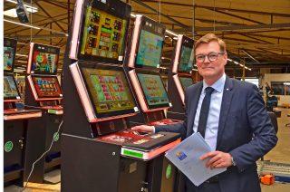 Werksleiter Hans Martin Grube ist seit 30 Jahren bei der Gauselmann Gruppe.