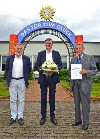 Hans Martin Grube (Mitte) wird von Paul Gauselmann, Unternehmensgründer und Vorstandsvorsitzender, sowie Dr. Werner Schroer (links), Vorstand Entwicklung und Technik, zum 30-jährigen Jubiläum beglückwünscht.