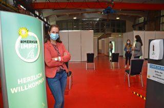 Alte Gießerei als Impfstraße: Caroline Hohmeyer vom betrieblichen Gesundheitsmanagement der Gauselmann Gruppe freut sich über viele impfwillige Mitarbeiterinnen und Mitarbeiter.