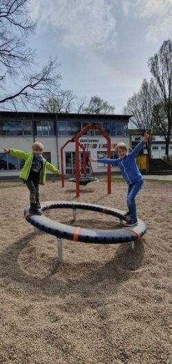 """Die beiden Schüler Lias Klostermann und Ole Gräber, Klasse 1b, freuen sich über die """"Supernova"""". (Das Foto ist bei einem Termin außerhalb der Schulzeit entstanden)."""