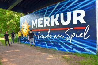 Dermaga jembatan warna-warni: Peter Angene (dari kiri) Andreas Wiens, Sylvia Blaha dan Dennis Herb senang dengan karya seninya.