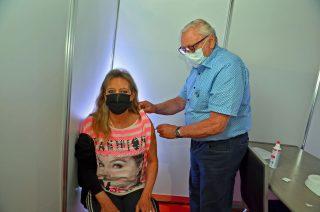 Dapatkan sekop yang dirindukan: Anja Homburg didukung oleh Dr.  Helmut Schöpfer divaksinasi.