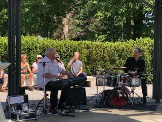 """Akhirnya live music lagi: David Herzel (drum) dan Steve """"Big Man"""" Clayton (keyboard dan vokal) dihibur dengan campuran blues, jazz, boogie-woogie dan rock klasik."""