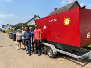 Endlich wieder Strom: Einige Anwohner aus Wisskirchen bedanken sich bei Dirk Beste (Mitte), dass das Notstromaggregat der Gauselmann Gruppe ihre Häuser wieder mit Energie versorgt.