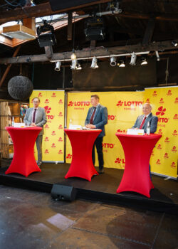 V.l.n.r.: M. Heinrich, Senator A. Dressel, T. Meinberg während der Pressekonferenz. (Foto: Jochen Brunkhorst)