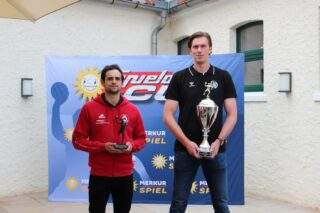 Wer holt den Pokal? TuS-Teamkapitän Peter Strohsack und Malte Semisch vom GWD-Minden halten die begehrten Pokale in Händen
