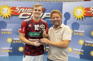 Armin Gauselmann, Beiratsvorsitzender des TuS N-Lübbecke und stellvertretender Vorstandssprecher der Gauselmann Gruppe, überreichte dem besten Torschützen des Turniers, Johan Hansen vom TSV Hannover-Burgdorf, den Pokal.