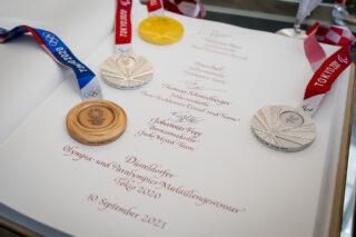 Die Medaillengewinner des TEAM 2021 Düsseldorf trugen sich in das Goldene Buch der Stadt Düsseldorf ein.