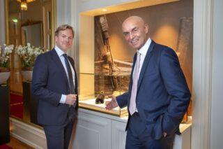V.l.n.r.: Christer Fahlstedt, CEO Paf und Wolfgang Bliem, CEO des Grand Casino Luzern und das historische Ausstellungsstück.