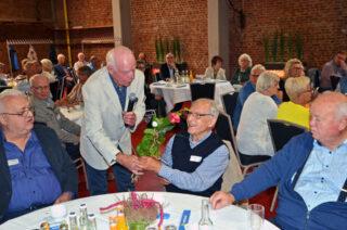 Wilhelm Büscher überreichte den Gründungsmitgliedern des MERKUR Senioren-Clubs eine Rose.
