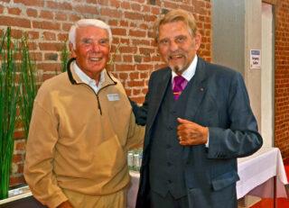 Freudiges Wiedersehen: Paul Gauselmann begrüßt Manfred Wömpener, den ersten fest angestellten Mitarbeiter der Gauselmann Gruppe, der 1964 als Außendiensttechniker eingestellt worden war.