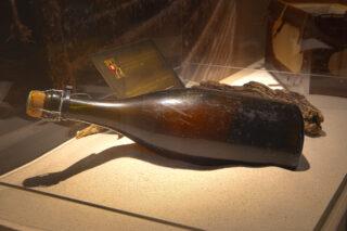 Die Flasche von ca. 1841 ausgestellt im Grand Casino Luzern.