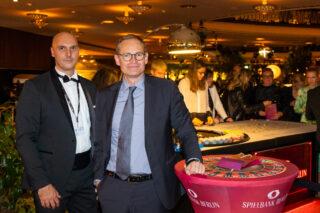 """David Schnabel, Geschäftsführer der Spielbank Berlin, (l) begrüßte den Regierenden Bürgermeister von Berlin Michael Müller (r) im """"Filmball-Casino"""" der Spielbank Berlin. (Foto: Dirk Lässig)"""