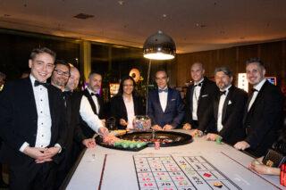 Das Team der Spielbank Berlin erwartet die prominenten Gäste. (Foto: Dirk Lässig)