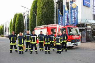 Senang dengan mobil pemadam kebakaran baru: Oliver Vierig (dari kiri), Julia Viol, Daniel Marsch, Oliver Oevermann, Patrick Meier, Lars Bastemeyer, Niklas Körtner, Dirk Beste, Nils Knefelkamp.  (Foto: Gauselmann AG)