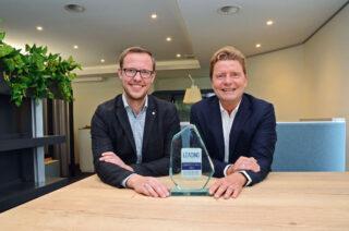 """Freuen sich über die Auszeichnung: Armin Gauselmann (rechts), stellvertretender Vorstandssprecher, und Lars von der Wellen, Leiter Zentralbereich Personal, mit dem Award """"Leading Employer 2021"""". (Foto: Gauselmann AG)"""