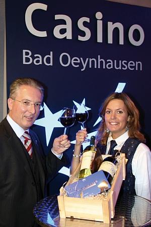 Weintrainer Jürgen Birk und Assistentin<br>Katharina Dröge laden zur Verkostung ein.