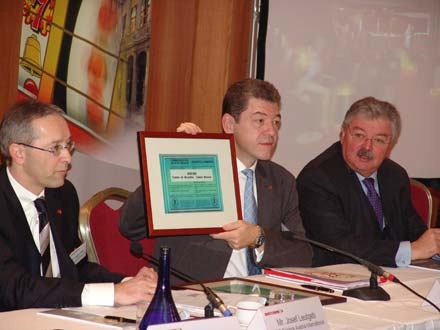 (l. to. r.) CFO Josef Leutgeb, CEO Paul Herzfeld showing gaming license,<br>Freddy Thielemans, Mayor of the City of Brussels