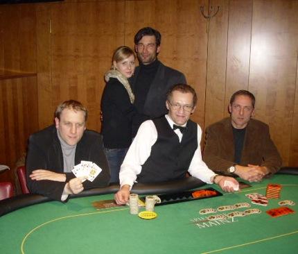 Bild (v.l.n.r.) Turniersieger Daniel Matissek, Glücksfee Nina Michaela Blau,<br />Christian Hencinski (3.), Dealer Günter Gschweng, Dr. Johannes Mai (2.)