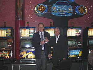 Spielbankdirektor Otmar Lutz mit dem <br>strahlenden Gewinner, Herrn Wilfried Hollnagel