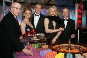 v.l.n.r. Rami Ramadan, CEO Trans World Corporation<br>Group, ORF-Moderatorin Christa Kummer, Simon<br>Newton, Europa-Manager American Chance Casino,<br>Nini Stadlmann (Marlene Dietrich) und<br>Casino-Manager Peter Pamminger