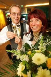 """Veronika Z. wurde als 100.000.<br>Besucherin des Chemnitzer<br> """"Casino Atlantis""""<br> von Saalleiter Rocco Gnüchtel<br> mit einem Glas Sekt<br> und Blumen empfangen"""