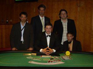 Die Turniersieger Murat Tagay, Michael Pirro und Pascal<br />Liesy, Floorman Raymond Krug, Dealer Yunus Koparat