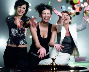 3 Frauen, werfen Jetons