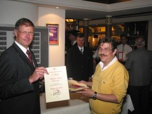 Von li. Nach re -  Direktor Peter-Paul Etschmann,<br> Gewinner Gerd Müller
